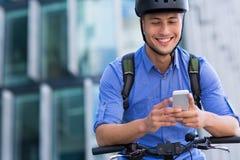 Man som cyklar i staden royaltyfria foton