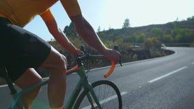 Man som cyklar på utomhus- övning för vägcykel på en tom väg i morgonen Extremt sportbegrepp långsam rörelse stock video