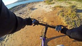 Man som cyklar vid havet Royaltyfria Bilder