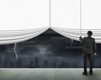 Man som drar öppen tom vit cityscape för gardinhällregnmörker Arkivfoton