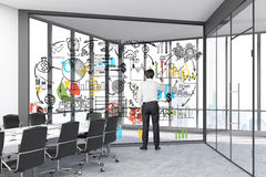 Man som drar en skissa i ett glass rum Fotografering för Bildbyråer