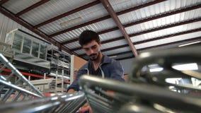 Man som drar vagnen i lager lager videofilmer