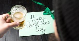 Man som dricker öl och firar den St Patrick dagen Royaltyfria Bilder