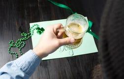 Man som dricker öl och firar den St Patrick dagen Fotografering för Bildbyråer