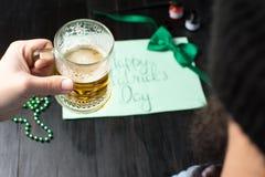 Man som dricker öl och firar den St Patrick dagen Royaltyfri Foto