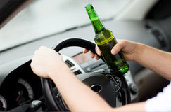 Man som dricker alkohol, medan köra bilen Royaltyfri Fotografi
