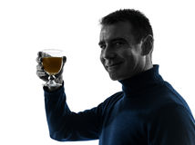 Man som dricker den orange fruktsaftsilhouetteståenden Royaltyfri Fotografi