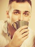 Man som dricker den varma kaffedrycken koffein fotografering för bildbyråer