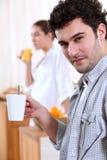 Man som dricker en varm drink arkivfoto