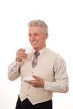 Man som dricker från en kopp Arkivfoto