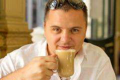 Man som dricker kaffe Arkivbilder