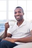 Man som dricker kaffe. Arkivbild