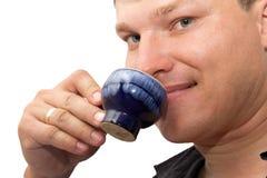 Man som dricker te Arkivbild