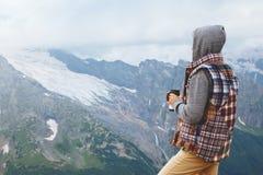 Man som dricker varmt kaffe i berg Royaltyfri Bild