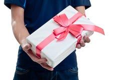 Man som erbjuder en gåva Arkivbilder