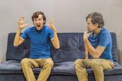 Man som erfar ilskna sinnesrörelser och att utvärdera deras sinnesrörelser från sidan Emotionellt intelligensbegrepp arkivfoto