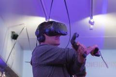 Man som erfar lekar med virtuell verklighetskyddsglasögon Royaltyfri Foto