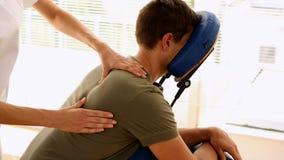 Man som får en massage i en stol arkivfilmer