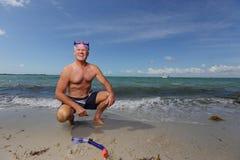 Man som får klar att gå snorkling fotografering för bildbyråer