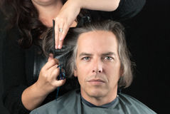 Man som får långt hår klippt av för cancerFundraiser Arkivfoto