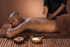 Man som får massage i brunnsort Royaltyfria Foton