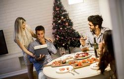 Man som får närvarande från att älska kvinnan för jul eller helgdagsafton för nytt år arkivbild