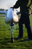 Man som förbereder det obemannade flyg- medelsurret med ljus och kameran Arkivbilder