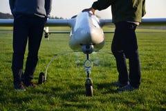 Man som förbereder det obemannade flyg- medelsurret med ljus och kameran Arkivfoto