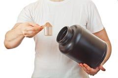Man som förbereder hans shake för stolpegenomkörareprotein royaltyfria bilder