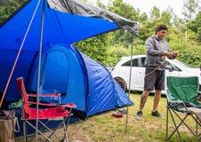 Man som förbereder tältet arkivbilder