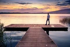 Man som förbiser sjön fotografering för bildbyråer