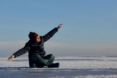 Man som fördelar hans armar in mot himlen och solen mannen låtsar för att vara flyget arkivfoton