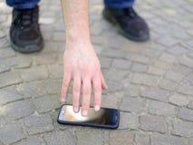 Man som förlorar hans Smart-telefon royaltyfri foto