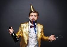 Man som firar helgdagsafton för ` s för nytt år Arkivfoto