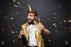 Man som firar helgdagsafton för ` s för nytt år Royaltyfri Fotografi