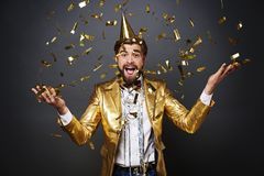 Man som firar helgdagsafton för ` s för nytt år arkivfoton
