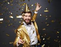 Man som firar helgdagsafton för ` s för nytt år fotografering för bildbyråer