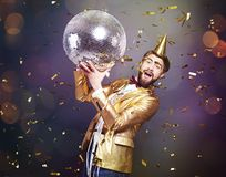 Man som firar helgdagsafton för ` s för nytt år royaltyfria bilder