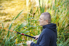 Man som fiskar nära sjön Royaltyfri Fotografi
