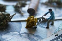 Man som flyttar hans guld- Nuget med pengar Fotografering för Bildbyråer
