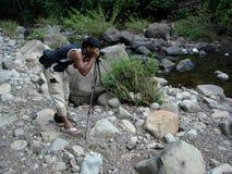 man som fotograferar floden Royaltyfri Foto