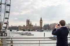 Man som fotograferar London horisont Royaltyfri Bild