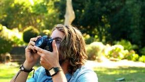 Man som fotograferar med kameran arkivfilmer