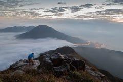 Man som fotograferar på det Lantau maximumet på gryning arkivbild