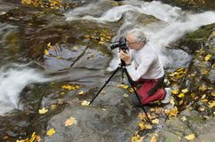 Man som fotograferar strömmen Royaltyfri Foto