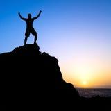 Man som fotvandrar framgångkonturn i berg arkivfoto