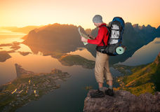 Man som fotvandrar i Lofoten arkivbilder