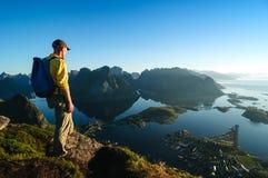 Man som fotvandrar i Norge Royaltyfria Foton