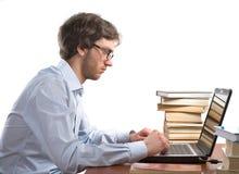 Man som framme arbetar av en bärbar dator arkivfoton