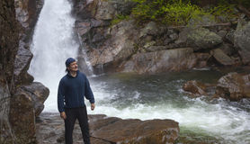 Man som framme står av Glen Ellis Falls på det Pinkham hacket i Ne Fotografering för Bildbyråer